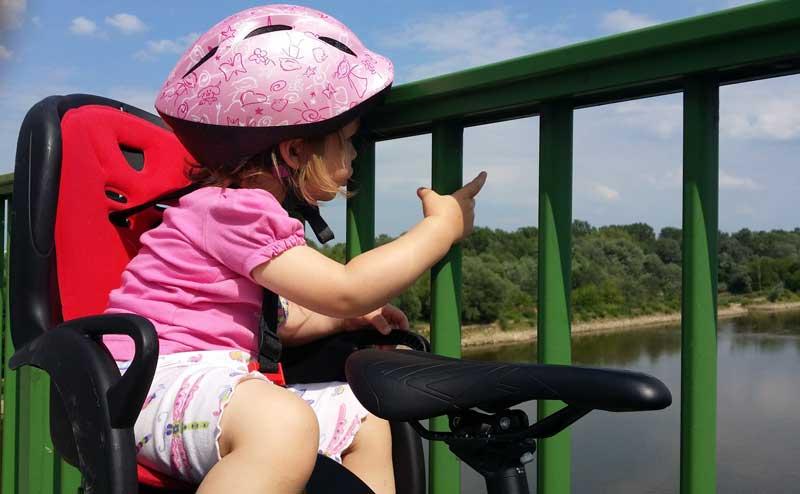 Dziecko w foteliku rowerowym nad Wisłą