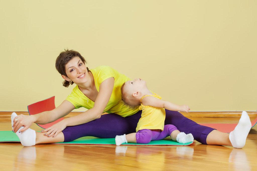 Kobieta ćwiczy z małym dzieckiem
