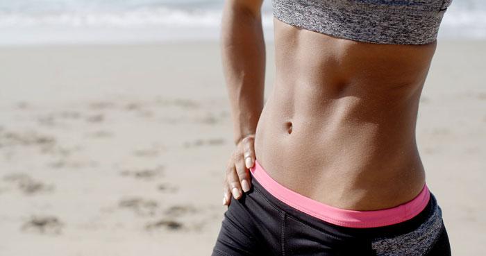 Kobieta prezentuje płaski brzuch