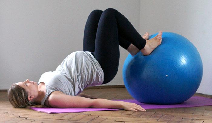 kobieta w ciąży ćwiczy z piłką