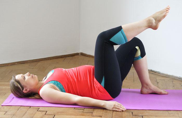 kobieta w ciąży ćwiczy na macie