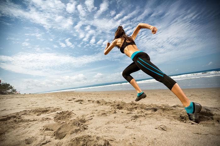 kobieta bieganie po plaży
