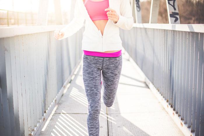 kobieta bieganie przez most