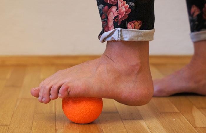 masaż stopy na piłeczce